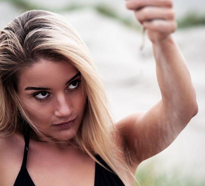 Portretfotograaf nijmegen-bikini fotoshoot strand Wijk-aan-zee